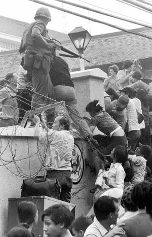 1975, Σαϊγκόν.  Πλήθη νοτιοβιετναμέζων προσπαθούν να σκαρφαλώσουν στον τοίχο της αμερικανικής πρεσβείας στη Σαϊγκόν και να φτάσουν στα ελικόπτερα που εκκενώνουν την πρεσβεία. Οι τελευταίαι Αμερικανοί φεύγουν από την πόλη, καθώς το νότιο Βιετνάμ παραδόθηκ