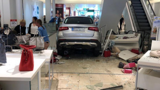Γερμανία: Ηλικιωμένος προσπάθησε να παρκάρει και εισέβαλε σε εμπορικό κέντρο - Εννέα τραυματίες