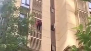 Επικό βίντεο: Γιαγιά με Αλτσχάιμερ κατέβηκε 10 ορόφους σαν Spiderman!