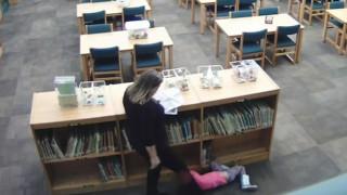 Οργή για νηπιαγωγό που κλώτσησε 5χρονο κοριτσάκι επειδή κρύφτηκε στη βιβλιοθήκη