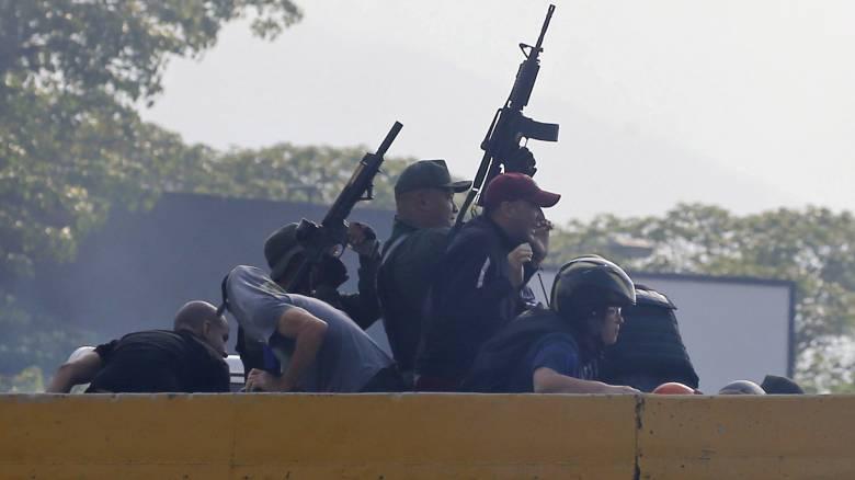 Στα πρόθυρα εμφυλίου η Βενεζουέλα: «Ο στρατός με στηρίζει», λέει ο Μαδούρο