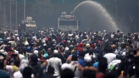 Εικόνες χάους στη Βενεζουέλα: Σφοδρές συγκρούσεις διαδηλωτών με σώματα ασφαλείας
