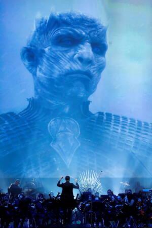 Το κινηματογραφικό «όραμα» του καναλιού HBO: Το HBO, όπως είναι άλλωστε και αναμενόμενο, θέλει να κάνει το καλύτερο δυνατό για τη σειρά φαινόμενο. Και έτσι επιλέγει να ακολουθήσει το κινηματογραφικό όραμα των μεγαλύτερων σκηνοθετών του Χόλιγουντ, συνδυάζο