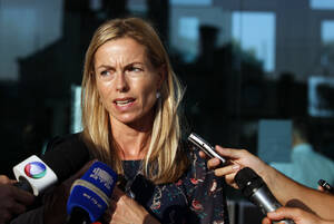 Ο τουρισμός: Ορισμένοι πιστεύουν πως οι Αρχές της Πορτογαλίας κατηγόρησαν τους Μακάν για την εξαφάνιση ώστε να «σώσουν» τον τουρισμό της χώρας. Δεν ήθελαν ο κόσμος να πιστέψει ότι στην Πορτογαλία κινδυνεύουν παιδιά, έτσι ενοχοποίησαν τους γονείς της μικρή