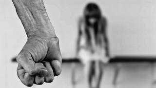 Φρίκη: Μητέρα άφησε παιδόφιλο να βιάσει τις ανήλικες κόρες της για να την παντρευτεί