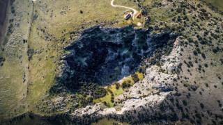 Τρίκαλα: Η δολίνη στην περιοχή του Πετροπόρου και οι μύθοι που τη συνοδεύουν