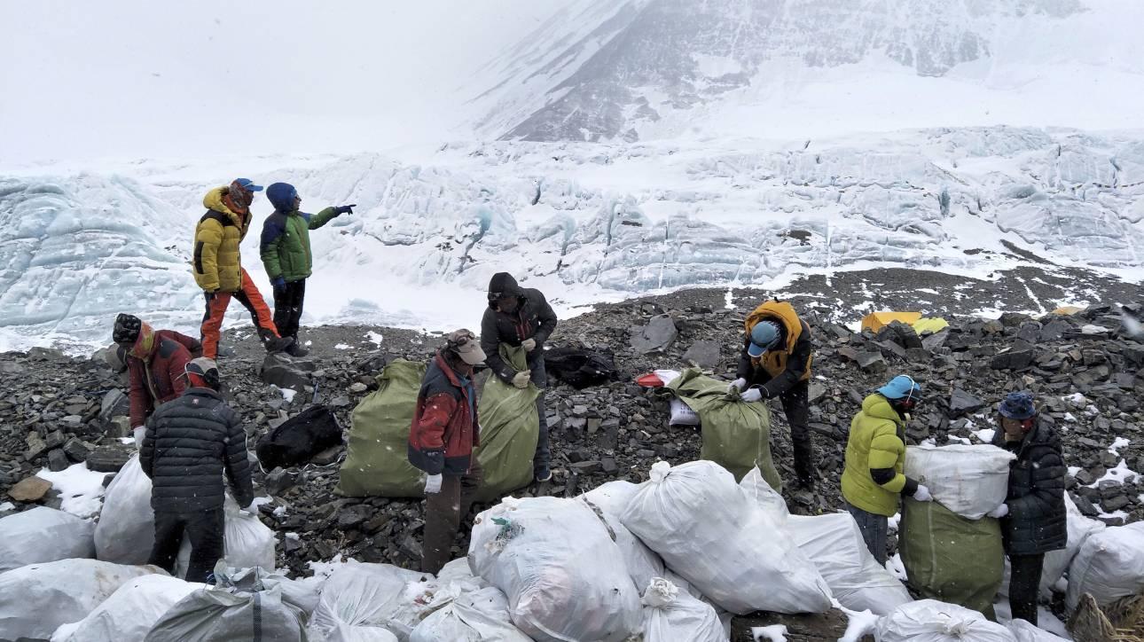 Έβερεστ, χωματερή και νεκροταφείο: Τι αποκαλύπτει το λιώσιμο των πάγων