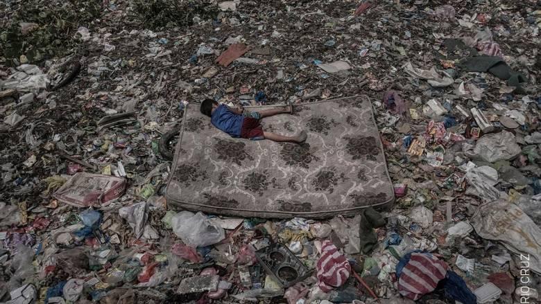 Η φωτογραφία που σόκαρε τον πλανήτη: Δεν διανοείστε πού κοιμάται αυτό το αγοράκι