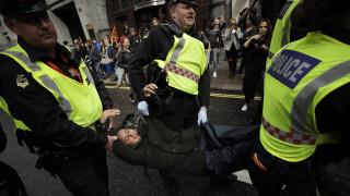 Λονδίνο: Ανήλικοι ακτιβιστές για το κλίμα δέθηκαν στα κάγκελα του κοινοβουλίου