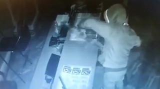 Κλέφτης τζογαδόρος: Άρπαξε λαχεία και ξυστά και άφησε ανέπαφα τα ταμεία