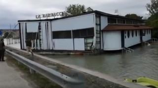 Απίστευτες εικόνες στην Ιταλία: Οι ισχυροί άνεμοι παρέσυραν πλωτό εστιατόριο