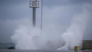 Σέριφος: Αναστάτωση στο λιμάνι - Έσπασαν οι κάβοι πλοίου λόγω θυελλωδών ανέμων