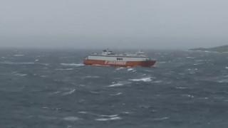 Καρέ-καρέ: Ο καπετάνιος του «Θεολόγος» παλεύει με τα κύματα εν μέσω θυελλωδών ανέμων