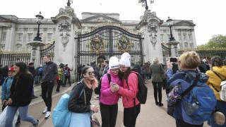 Βρετανία: Εκδηλώσεις λατρείας για το πρώτο μωρό της Μέγκαν και του Χάρι