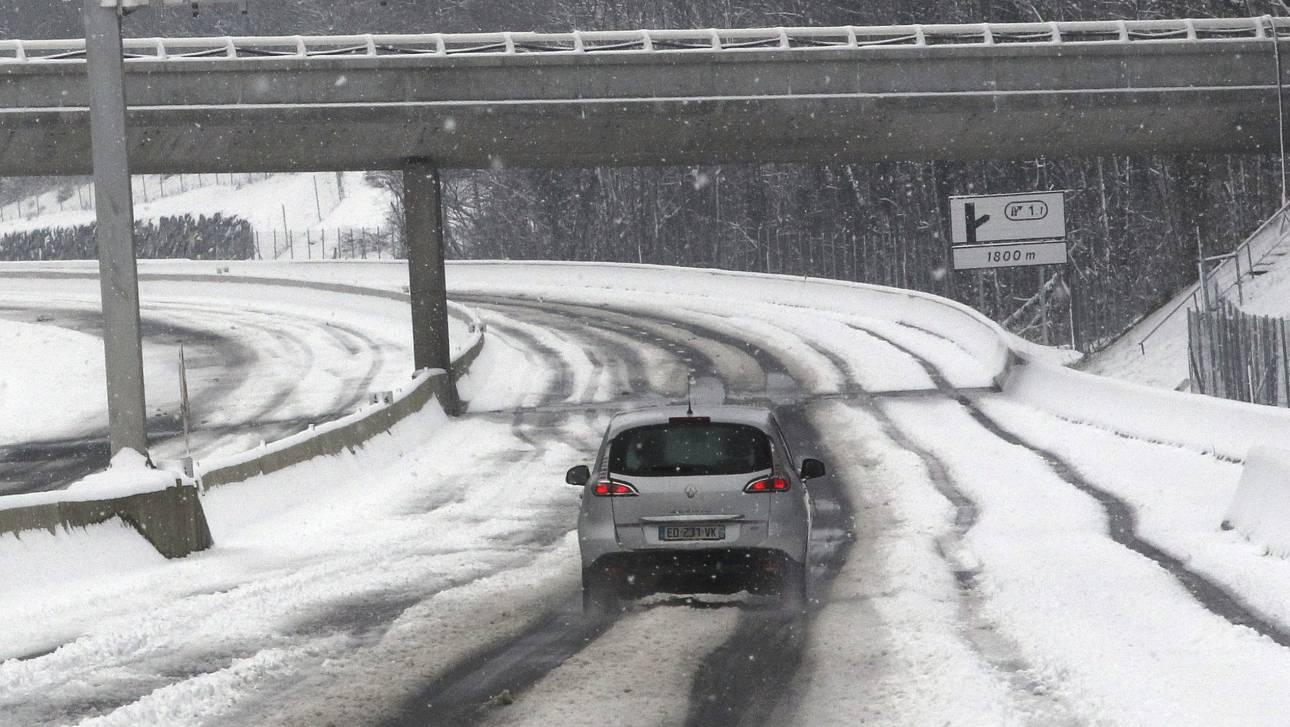 Ο καιρός «τρελάθηκε»: Σφοδρή χιονόπτωση πλήττει τη Ρουμανία