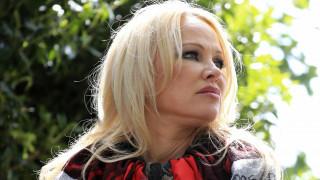 Η Πάμελα Άντερσον επισκέφθηκε στη φυλακή τον Ασάνζ: «Με πιάνει αναγούλα »
