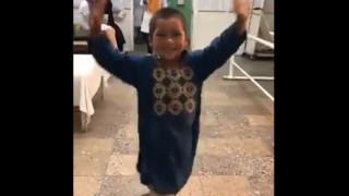 Συγκινεί ο 5χρονος Άχμεντ χορεύοντας με προσθετικό μέλος – Έχασε το πόδι του στο Αφγανιστάν