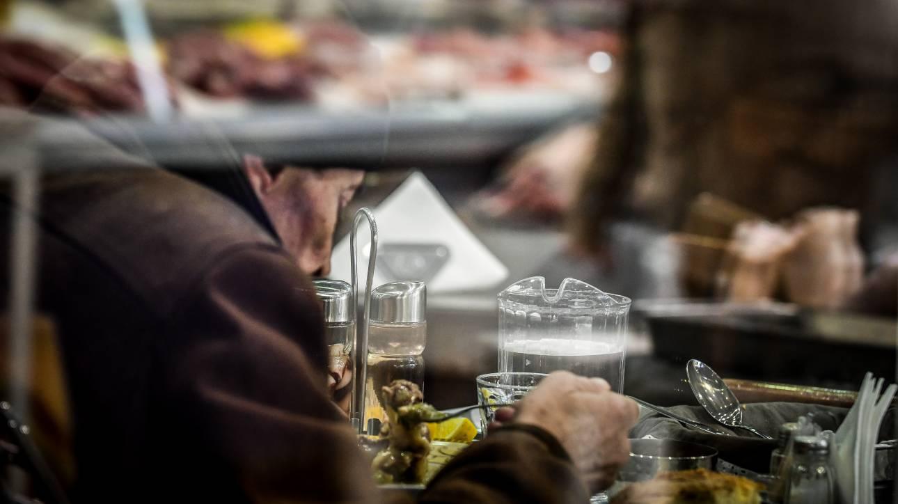 Κίνδυνος ανατιμήσεων πριν από τη μείωση του ΦΠΑ σε εστίαση και τρόφιμα