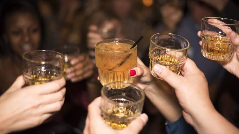 Αυξάνεται η παγκόσμια κατανάλωση αλκοόλ: Πόσο πίνουν οι Έλληνες