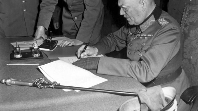 """ΣΑΝ ΣΗΜΕΡΑ, 8 ΜΑΪΟΥ 1945: """"ΕΔΩ ΘΑ ΥΠΟΓΡΑΨΕΤΕ ΤΗΝ ΑΝΕΥ ΟΡΩΝ ΠΑΡΑΔΟΣΗ ΤΗΣ ΓΕΡΜΑΝΙΑΣ"""""""