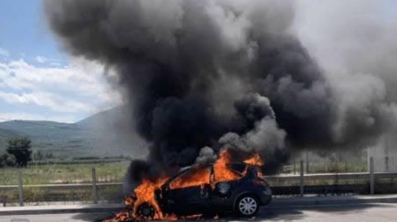 Φθιώτιδα: Αυτοκίνητο έπιασε φωτιά εν κινήσει στην εθνική οδό και κάηκε ολοσχερώς