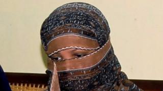 Πακιστάν: Η χριστιανή που είχε καταδικαστεί σε θάνατο για βλασφημία στο Ισλάμ έφυγε από τη χώρα