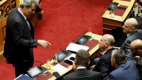 Κακός χαμός στη Βουλή: Έντονος καβγάς μεταξύ Μητσοτάκη και Πολάκη