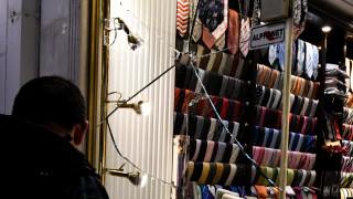 «Επέλαση» κουκουλοφόρων στο κέντρο της Αθήνας – Έσπασαν καταστήματα