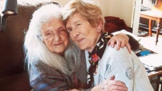 Μία 81χρονη συνάντησε για πρώτη φορά την 104χρονη μητέρα της μετά από 19 χρόνια αναζήτησης