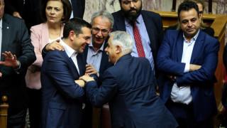 Ψήφος εμπιστοσύνης: Χειροκροτήματα και χαμόγελα από την κυβέρνηση