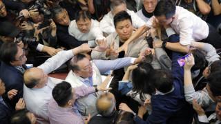 Απίστευτες σκηνές στη Βουλή του Χονγκ Κονγκ: Ήρθαν στα χέρια βουλευτές