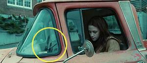 Λυκόφως Αν κοιτάξετε προσεκτικά, μπορείτε να δείτε την αντανάκλαση της κάμερας στο παράθυρο του αυτοκινήτου. Είναι αρκετά συχνό λάθος που γίνεται από τους παραγωγούς.