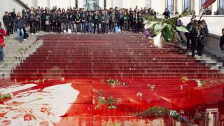 Παρίσι: Με «αίμα» έβαψαν ακτιβιστές για το περιβάλλον τα σκαλιά στο Τροκαντερό