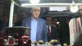 Ο Ερντογάν αγοράζει κάστανα και εκπλήσσεται με το ποσό που πρέπει να πληρώσει