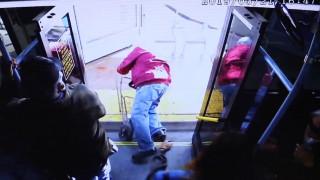 Γυναίκα σπρώχνει από λεωφορείο ηλικιωμένο – Τώρα διώκεται για ανθρωποκτονία