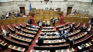Βουλή: Ψηφίστηκαν 120 δόσεις, 13η σύνταξη και μείωση ΦΠA