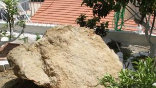 Σεισμοί Ηλεία: Βράχος έπεσε σε αυλή σπιτιού - Φωτογραφίες από τις ζημιές