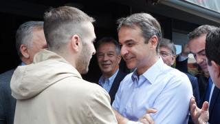 Ο Μητσοτάκης επισκέφθηκε εκλογικό περίπτερο του ΣΥΡΙΖΑ και τους ευχήθηκε «καλή δύναμη»