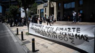 Συγκέντρωση διαμαρτυρίας πυρόπληκτων έξω από το υπουργείο Περιβάλλοντος