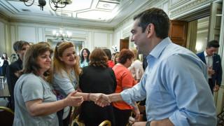 Αύξηση, ένταξη στα βαρέα & ανθυγιεινά και διετείς συμβάσεις υποσχέθηκε ο Τσίπρας στις καθαρίστριες
