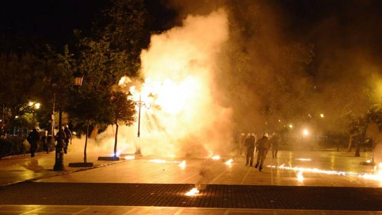 Θεσσαλονίκη: Ένταση και επεισόδια στην πορεία για τον Κουφοντίνα - Βροχή από μολότοφ