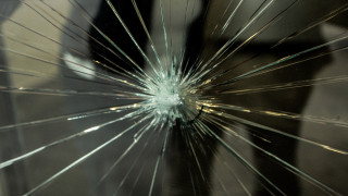 Καταδρομική επίθεση σε καταστήματα στο κέντρο της Πάτρας (pics)