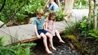 Τζορτζ, Σάρλοτ και Λούις εν δράσει: Ξυπόλητοι απολαμβάνουν τον κήπο που σχεδίασε η μαμά τους