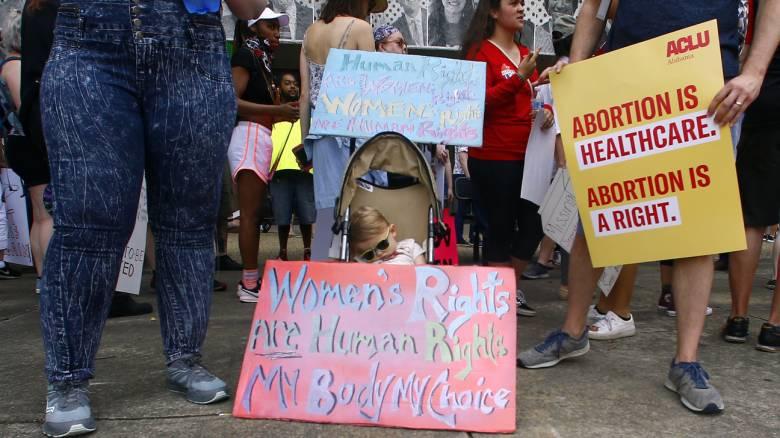 Αλαμπάμα: Χιλιάδες πολίτες διαδήλωσαν κατά της νέας νομοθεσίας που απαγορεύει τις αμβλώσεις
