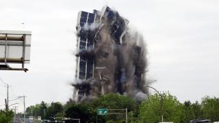 Εντυπωσιακές εικόνες: Η στιγμή που ουρανοξύστης 101 μέτρων στην Πενσυλβάνια γίνεται… σκόνη