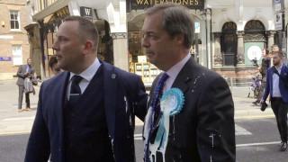 Βρετανία: Επίθεση με… μιλκσέικ στον Φάρατζ