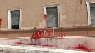 Βίντεο από την επίθεση με μπογιές του Ρουβίκωνα στη Βουλή