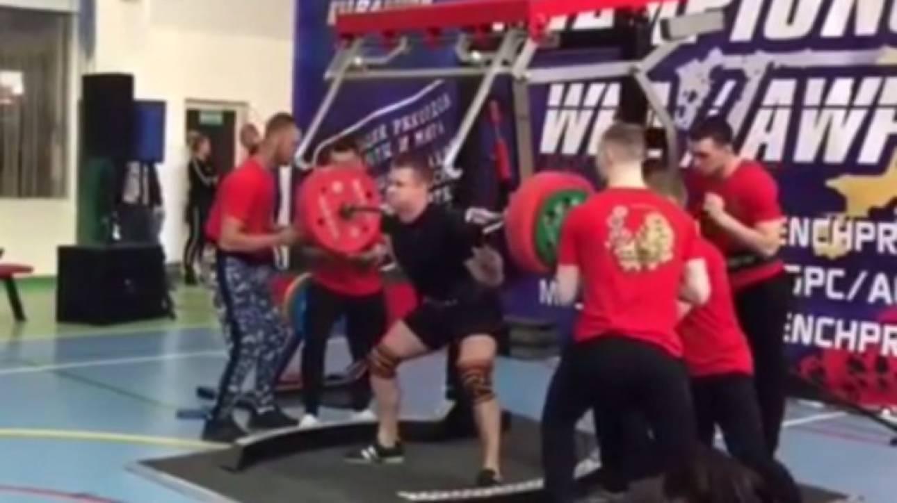 Σοκαριστικός τραυματισμός αθλητή: Επιχείρησε να σηκώσει 250 κιλά και έσπασε το πόδι του