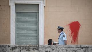 Επίθεση Ρουβίκωνα στη Βουλή: Βρέθηκε σακίδιο με μπογιά - Εξετάζεται για DNA και αποτυπώματα