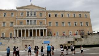 Ηλικιωμένος προσπάθησε να ανέβει στο μνημείο του Αγνώστου Στρατιώτη κρατώντας ελληνική σημαία